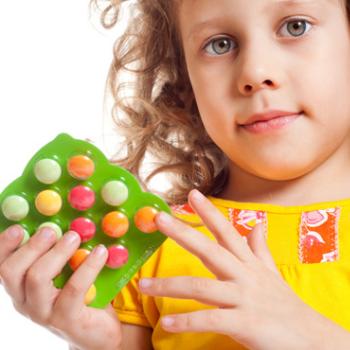 Девочка с витаминами в руках