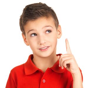Мальчик держит палец вверх