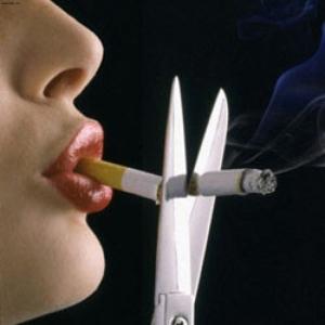 Ножницы режут сигарету