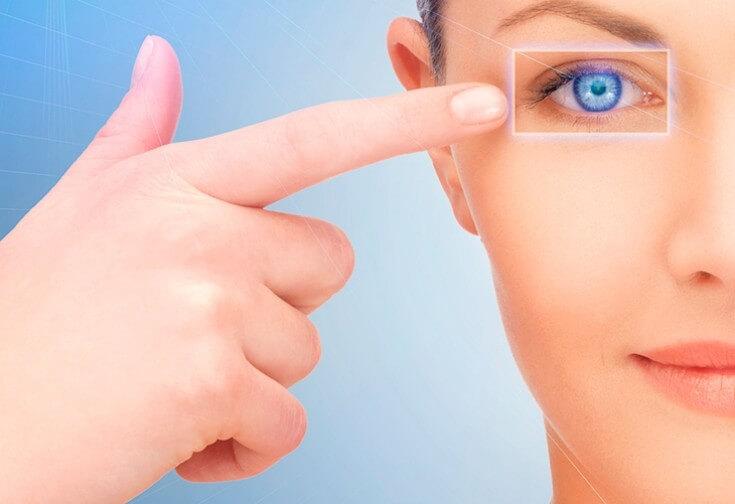 Палец указывает на глаз