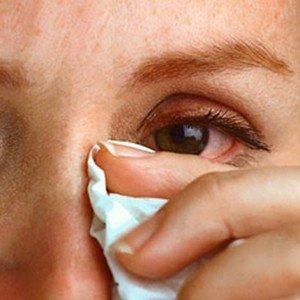 Вытирает платком глаз