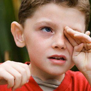 Ребенок чешет глаз