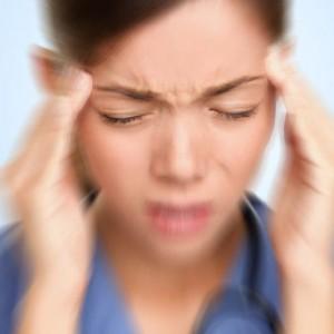 Боли в голове у женщины