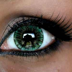 Темно зеленая линза на глазу