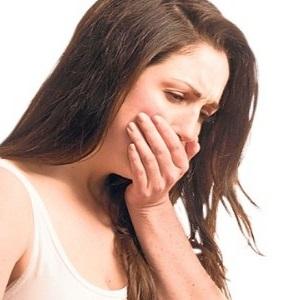 Женщина прикрывает рот рукой