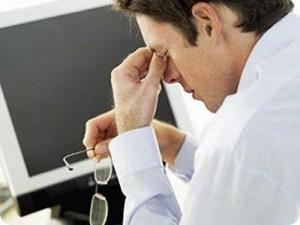 У мужчины болят глаза от монитора