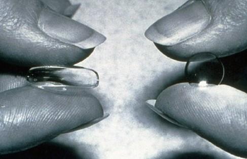 Контактные линзы в руках