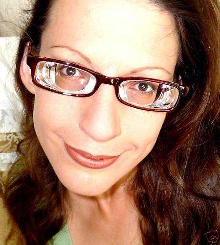 Девушка в очках для близорукости