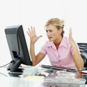 Дувушка возле компьютера