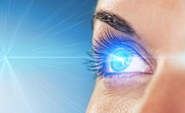 Глаз и голубой луч