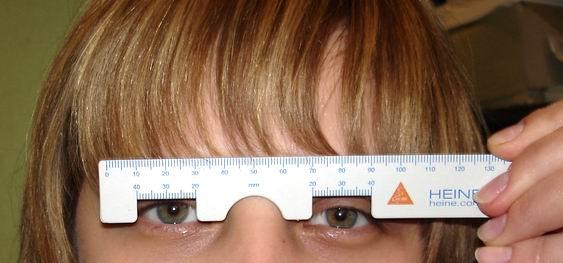 Измерение межзрачкового расстояния линейкой