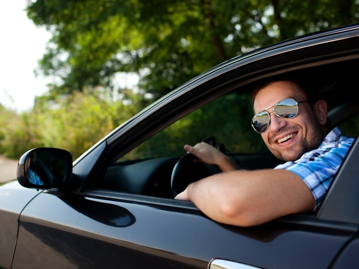 Мужчина за рулем в очках