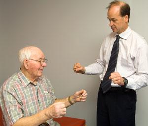 Человек с болезнью Паркинсона делает упражнения