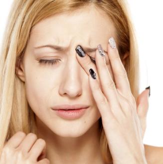 У девушки болит глаз