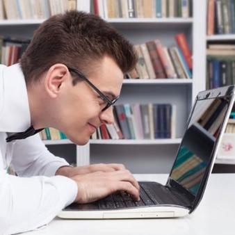 Человек за компьютером
