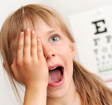 Девочка называет буквы при проверке зрения