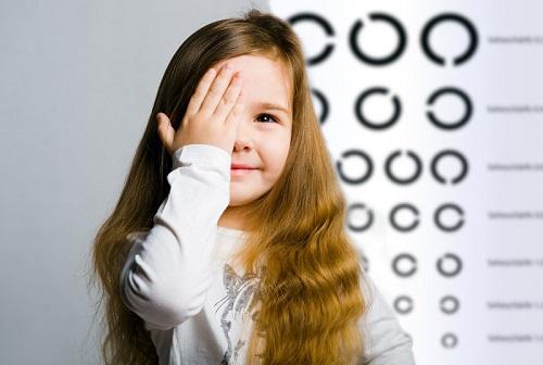 Девочка закрыла один глаз рукой