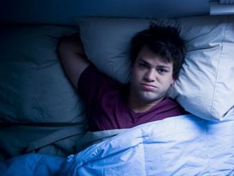 парень не может уснуть