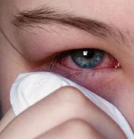 Вытирает глаз платком