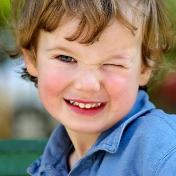 Ребенок закрыл один глаз
