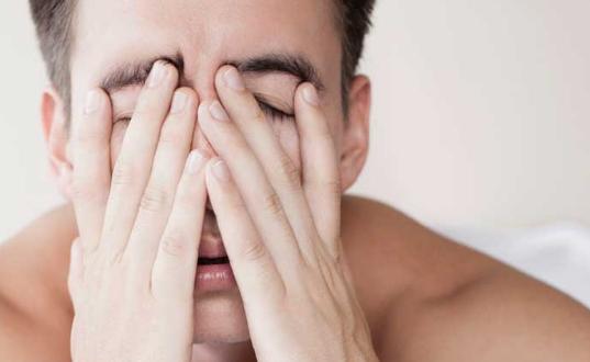 У мужчины болят глаза