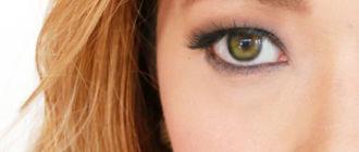 Девушка с болотным цветом глаз