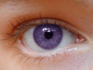 Глаз фиолетового цвета