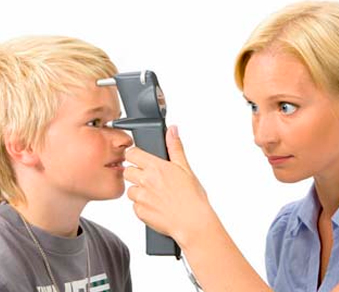 Измеряют глазное давление мальчику