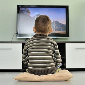 Ребенок смотрит телевизор