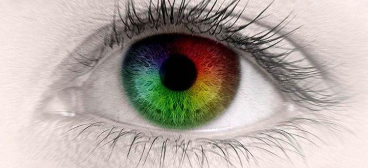 Глаз с цветным зрачком