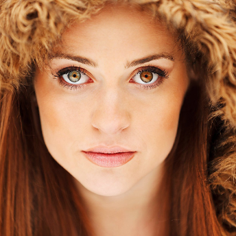 Девушка с глазами хамелеонами