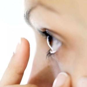 Как вытащить соринку из глаза?