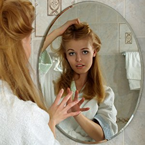 Смотрит в зеркало