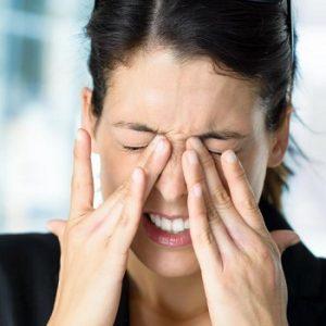У девушки болят и чешутся глаза