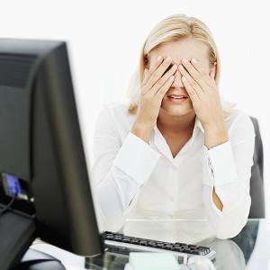 У женщины устали глаза за компьютером