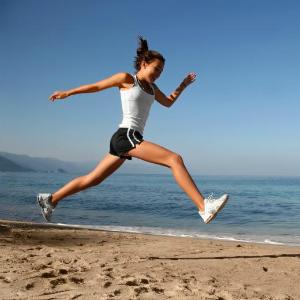 Девушка бегает на пляже
