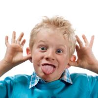 Мальчик корчит лицо