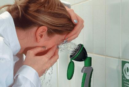 Женщина промывает глаза водой