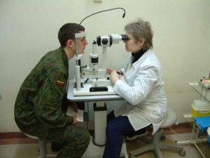 Врач проверяет зрение у призывника