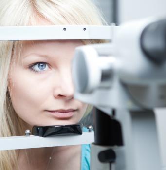 Женщине проверяют глаза у окулиста
