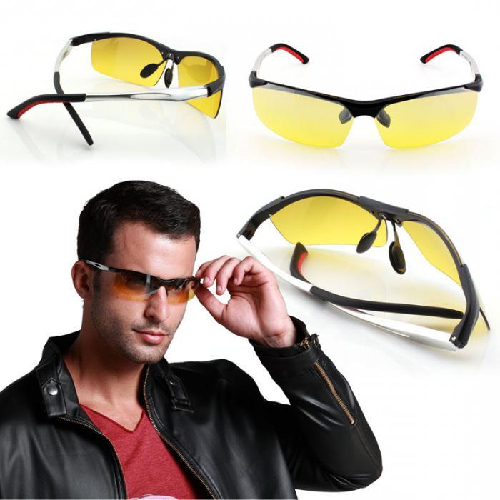 Мужчина примеряет очки