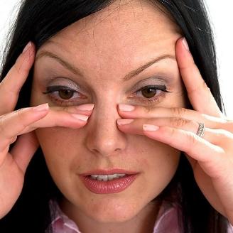 У женщины чешутся глаза
