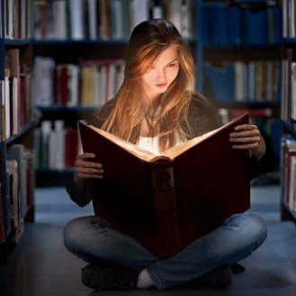 Читает при слабом освещении