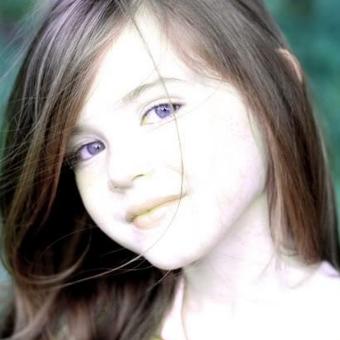 Девочка с фиолетовыми глазами
