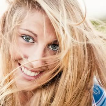 Девушка с болотным цветом радужки глаз
