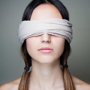 Девушка с повязкой на глазах