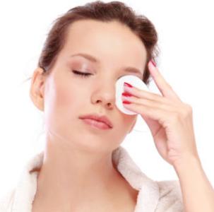 Протирает глаза ватным диском